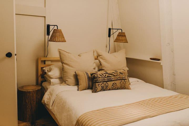 Upstairs bedroom w/queen bed