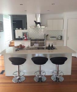 Modern home in leafy Eltham - Eltham - Talo