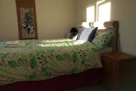 Ensuite double room close to A30/M5 - House