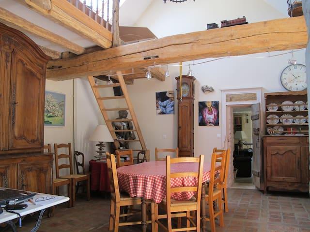 La salle à manger pour le petit déjeuner et la table d'hôtes