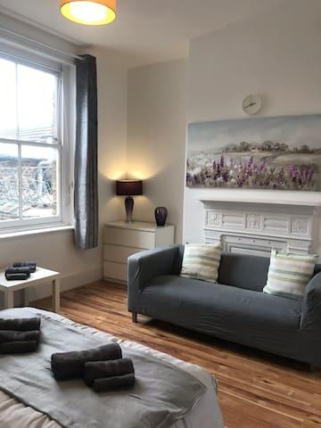 Comfy double room near to Canary Wharf *** Room 1