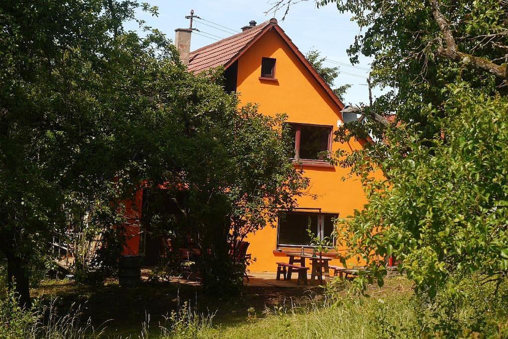 Landhaus mit 3000 m² wildromantischem Garten, am Ortsrand gelegen