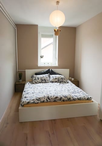 Small bedroom with queen bed (160x200 cm)