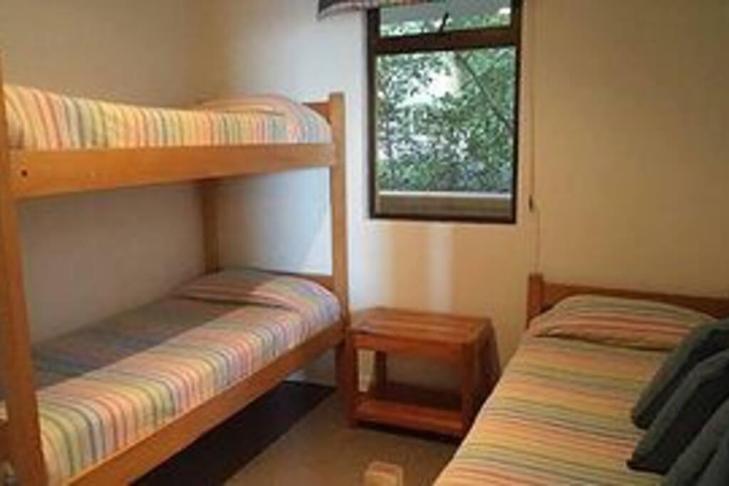 La imagen muestra un camarote y una cama nido pero en realidad son dos camarotes.