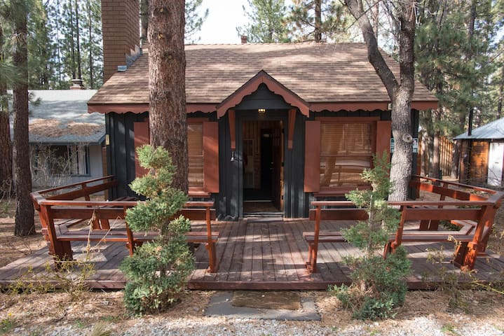 Cozy adorable cabin close to the village slopes cabins for Big bear 2 person cabin