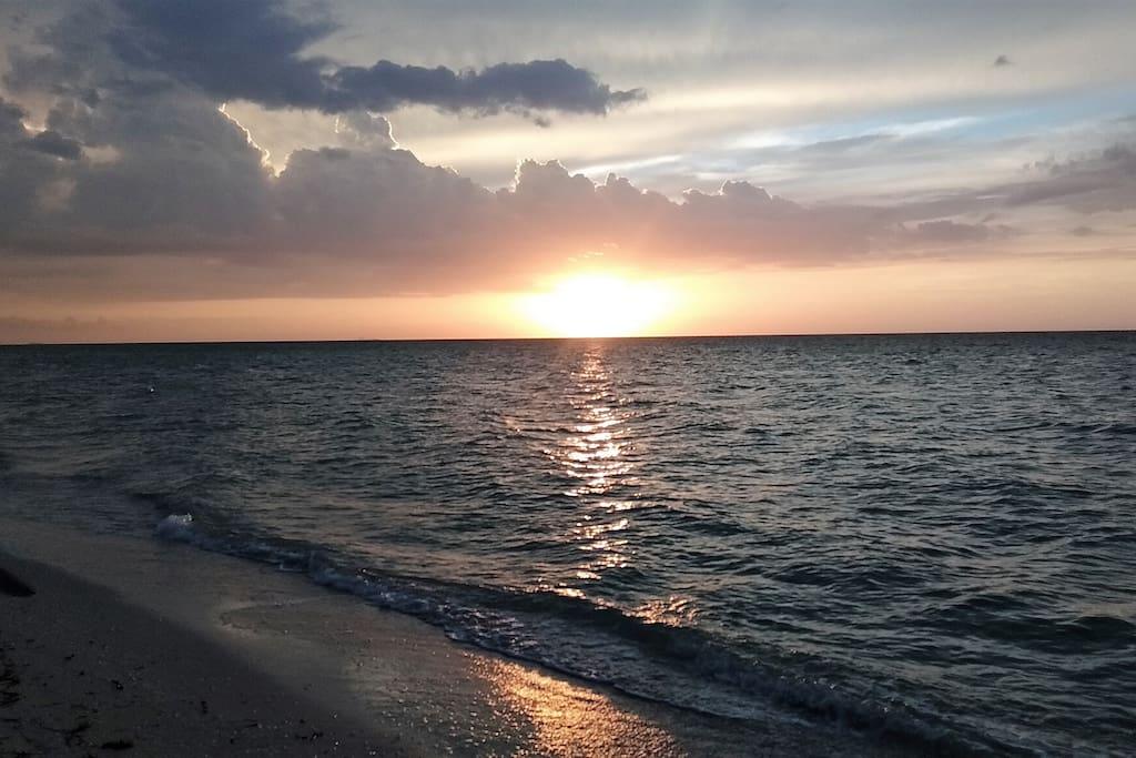A beautiful sunset by the sea (1) | Un hermoso atardecer entre las olas (1)
