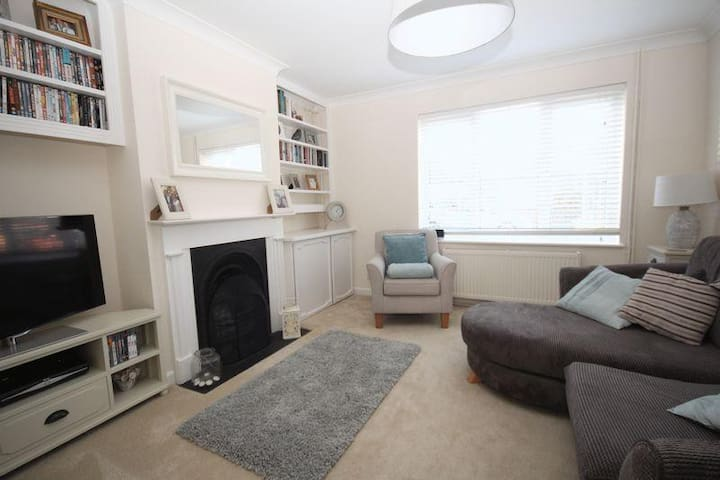 Immaculately presented 2 bed country cottage!
