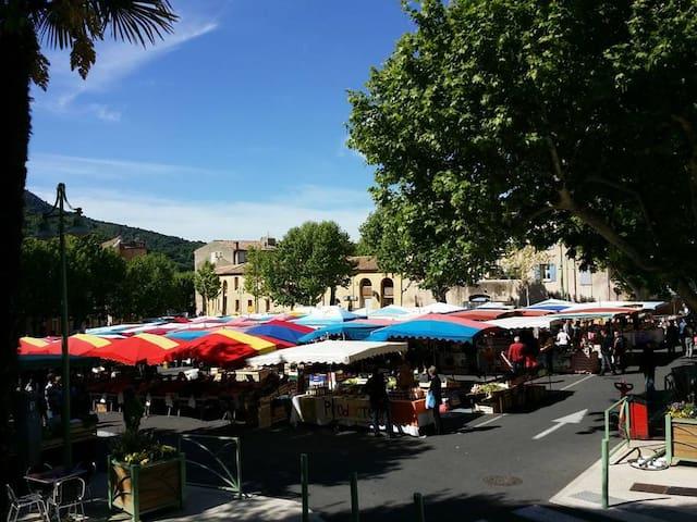 Ne manquez pas le marché du jeudi, le plus réputé à 50 km à la ronde ! En été, un autre marché se tient le dimanche.