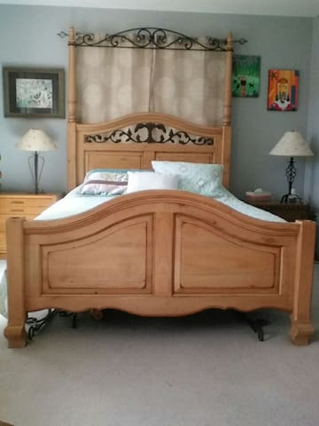 Queen sized bed quiet front bedroom