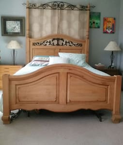 Queen sized bed quiet front bedroom - Jupiter