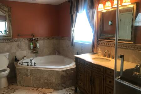 Cozy 2 bedroom suite with jacuzzi and kitchenette