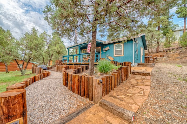 Deer Cabin: super cute remodeled 2 bedroom, 1 bath with a hot tub!