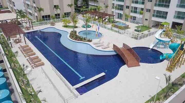 Suite com varanda, vista para a piscina e mar