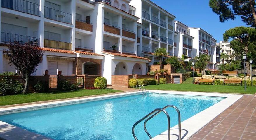 Estudio con terraza, precioso jardín y piscinas. - Льорет-де-Мар - Квартира