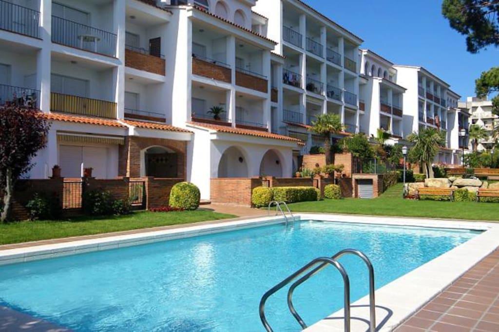 Estudio con terraza precioso jard n y piscinas for Hoteles en lloret de mar con piscina climatizada