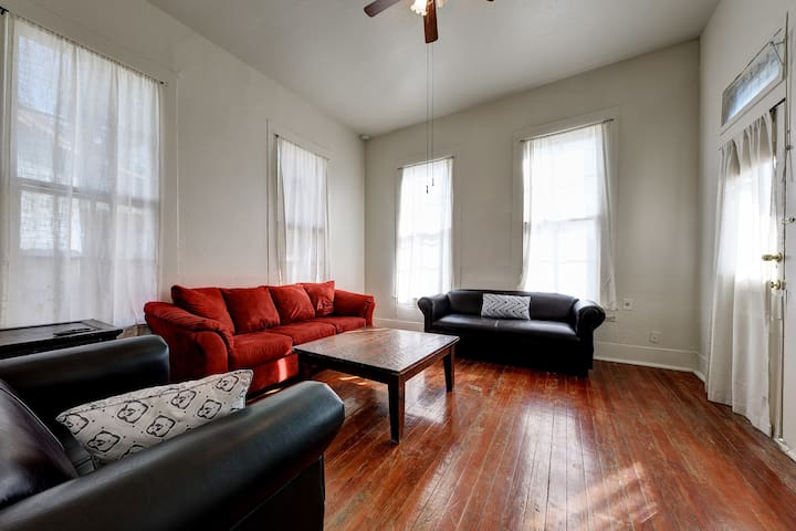 Spacious 1BR Apt.  Close to Downtown & Hot Spots!