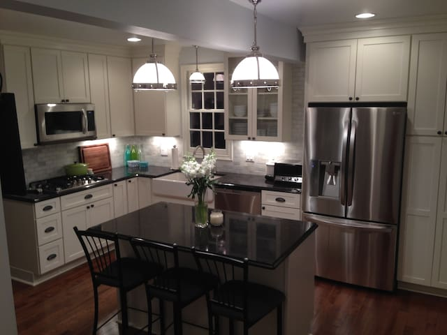 3 bed, 3 bath Colonial-ENTIRE house for SUPER BOWL - Minneapolis - Haus