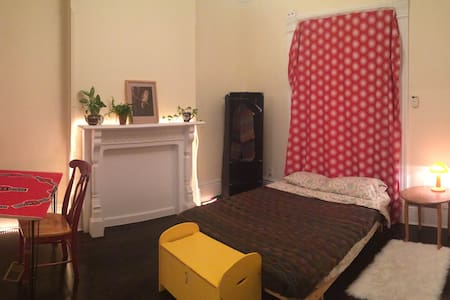 Beautiful private room with private bathroom (including shower), high ceilings, & large window, in awesome shared house of creative types. Right downtown! Close to restaurants, bars, Kensington market, & transit. Cool people, wifi, best area of city