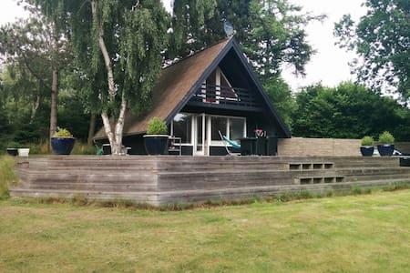Hyggeligt sommerhus tæt på stranden - Humble - Cottage
