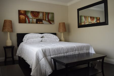Delightful master bedroom with a private bathroom - San Jose - Hus