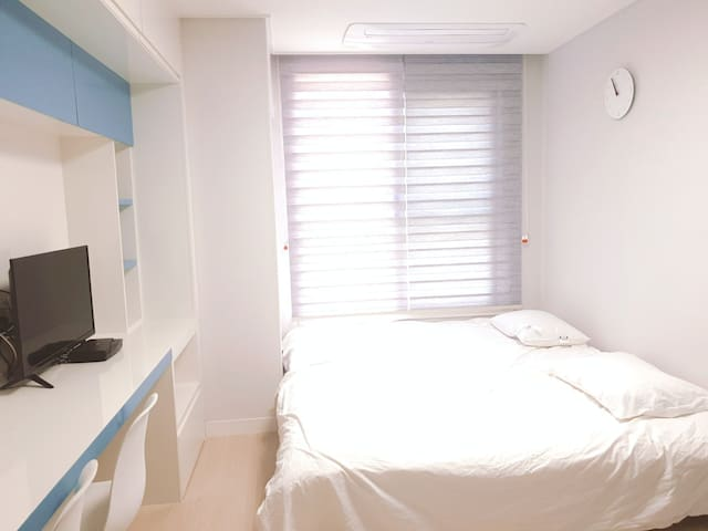 순백의 배드와 구스 베개(5성급 호텔 동일 침구류) Whole white bed and goose pillow (From 5 Star hotel)
