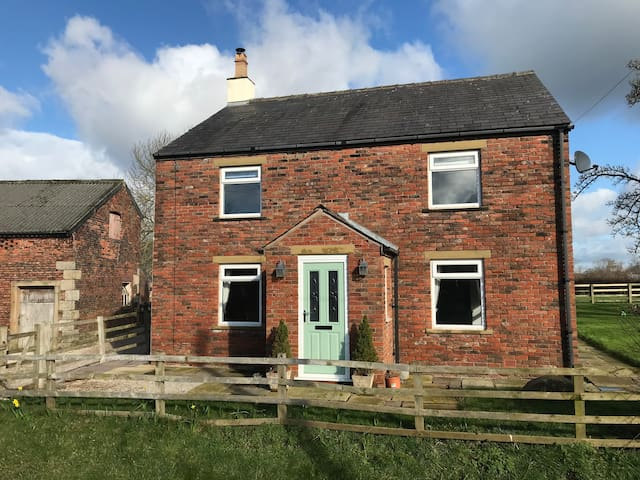 Renovated Country Farm House Down Quiet Lane