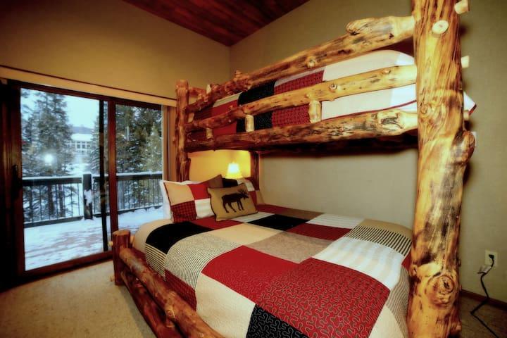 SummitBnB Alpine Base Camp: BR#3 (Queen's Bunk)