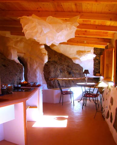 Sunrise Hideaway Cave and Stone Cottage - Santa Brígida - Caverna