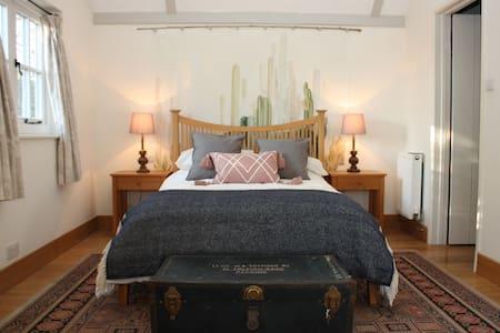 Beautiful large bedroom w/ensuite near Cambridge