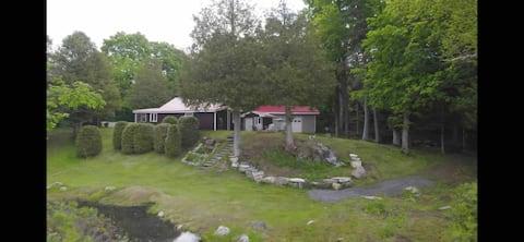 Acolhedor 3 quartos lago frente casa de campo.
