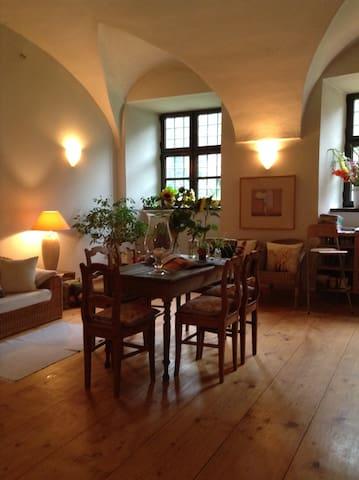 Romantische Übernachtungen in einem Wasserschloss - Fraunberg - Apartment