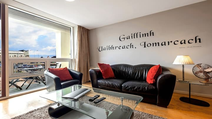 Wild Atlantic Way City-Centre Base with Private Balcony. Wifi. Parking. Single level