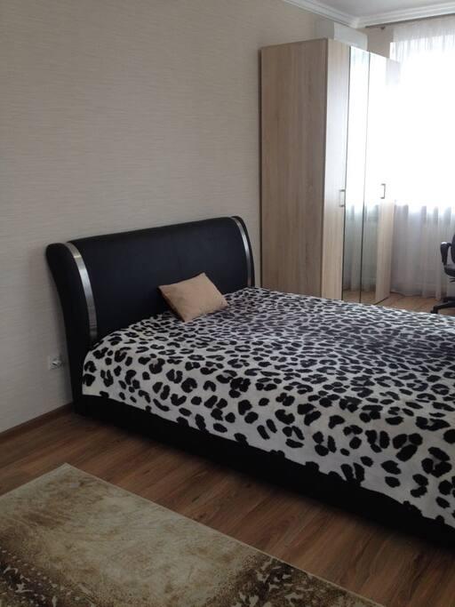 Отдельная комната с большой двуспальной кроватью, телевизором, WI-FI free, комодом