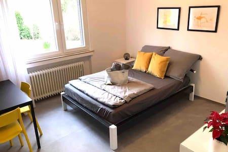 Schönes helles Zimmer mit Badezimmer und  Garten