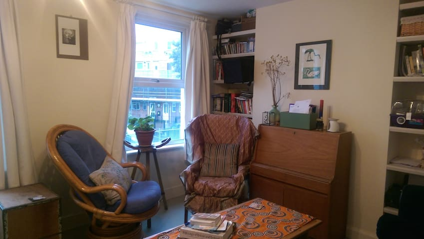 Cosy shared living room- no TV but plenty of books... and a chaise longue!