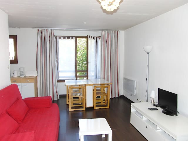 Large STUDIO for 4 people with PARKING lot - Calais - Lägenhet