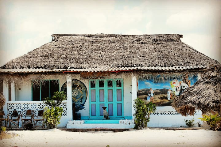Surf House on the beach! Bungalow Deluxe.