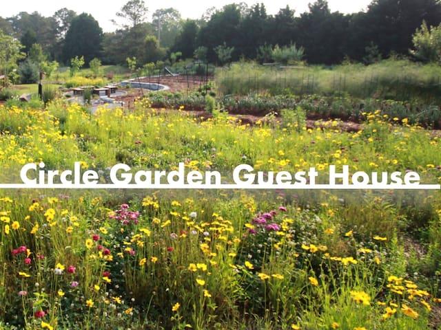 Circle Garden Guest House: 3BR Apt near Athens - Bishop - Appartement