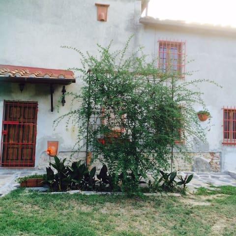 Casale Le Poiane immerso nel verde - Buti - Otros