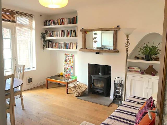 Bright, double room in leafy, bohemian Aigburth