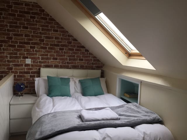 Fantastic loft room in a great house in York