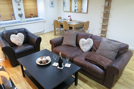 Contemporary, spacious 1 bed Flat, West Didsbury. - Manchester