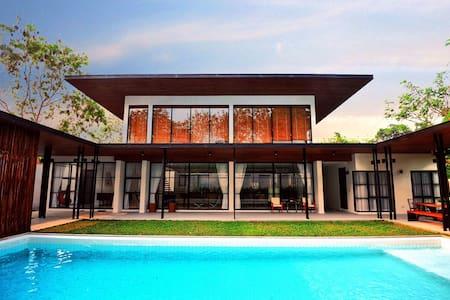 清迈现代奢华别墅luxury house 豪华泳池旅游渡假派对,含豪华早餐 保姆管家3天以上免费接送