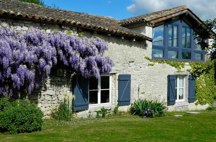 LES GRANGES L'ESTANG. The Old Barn. 4 bed house.