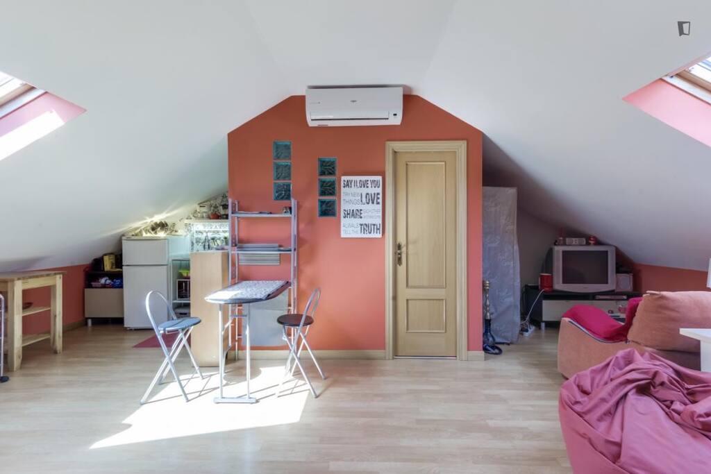 Buhardilla de 50 m2 con ba o y cocina privados - Cocinas alcala de henares ...