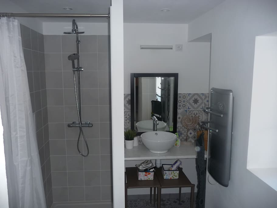 une salle de bain neuve et bien équipée