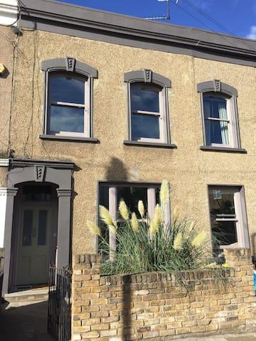 Elegant family home, Esther's house E5 - sleeps 10 - London - Hus