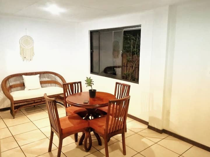 Small Cozy Apartment 5 min from airport nice area