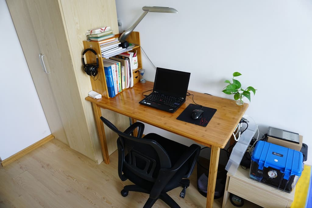 工作台和衣橱 Working desk and cabnit