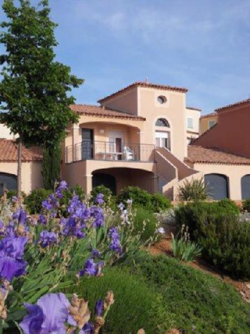 Villa 41 surrounded by typically Mediterranean garrigue landscape. Living space on first floor. Double garage in ground floor.